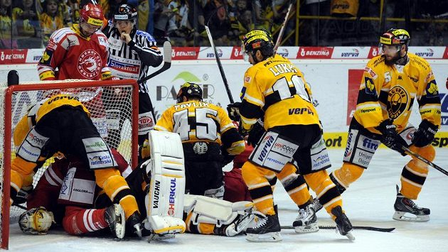 Litvínovský gólman Pavel Francouz leží na ledě po ataku třineckého Martina Růžičky.