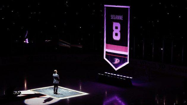 Fin Teemu Selänne sleduje, jak jeho dres Anaheimu s číslem osm visí pod stropem haly před zápasem s Winnipegem.