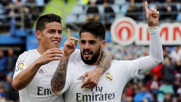 Isco (vpravo) a James Rodríguez slaví gól Realu na hřišti Getafe.