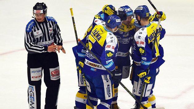 Zlínští hokejisté se radují z gólu v Třinci.