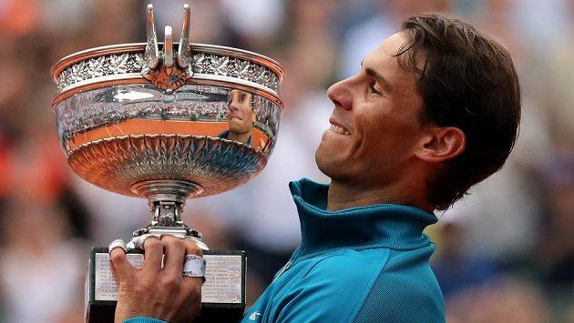 Španělský tenista Rafael Nadal s trofejí pro vítěze French Open.