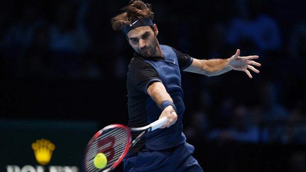 Švýcar Roger Federer vrací míček Stanu Wawrinkovi v semifinále Turnaje mistrů.