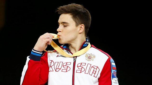 Nikita Nagornyj se zlatou medailí na gymnastickém MS ve Stuttgartu.