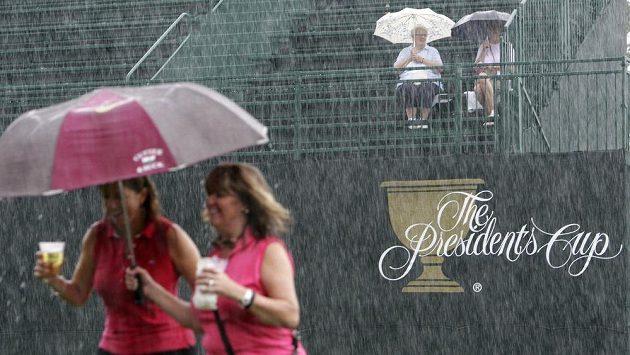 Golfový turnaj o Prezidentský pohár byl kvůli silnému dešti přerušen.