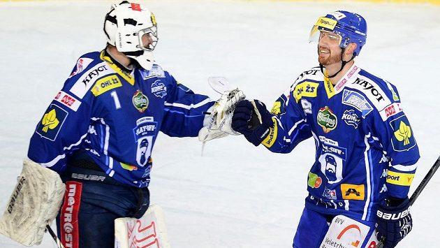 Střelec Brna Libor Pivko (vpravo) přijímá gratulaci od brankáře Marka Čiliaka.