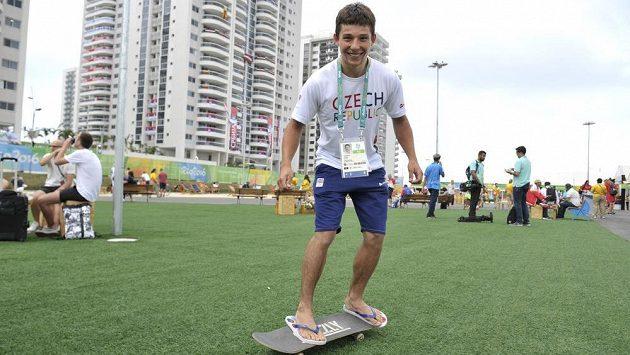 Kajakář Jiří Prskavec, úřadující mistr světa i Evropy, přijel na rozhovor v olympijské vesnici v Riu de Janero na skateboardu.
