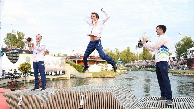Zlatý skok mistra světa Ondřeje Tunky. Tleskaji i stříbrný reprezentační kolega Vít Přindiš (vlevo) a bronzový Slovinec Peter Kauzer.