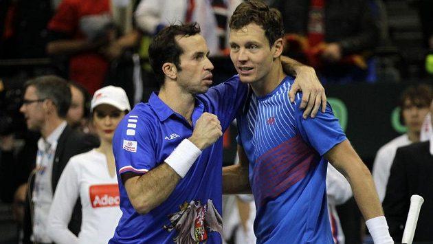 Radost Tomáše Berdycha (vpravo) a Radka Štěpánka po vítězství ve čtyřhře.