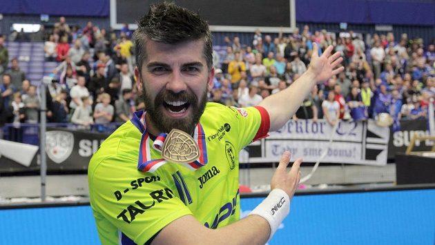Kapitán Tomáš Sladký z Vítkovic se raduje s medailí za první místo.
