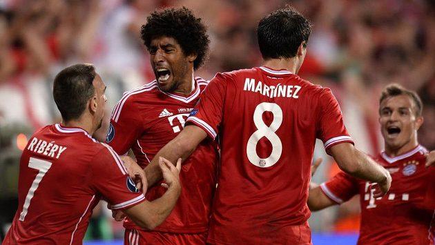 Dante (druhý zleva) na archivním snímku ještě v dresu Bayernu.