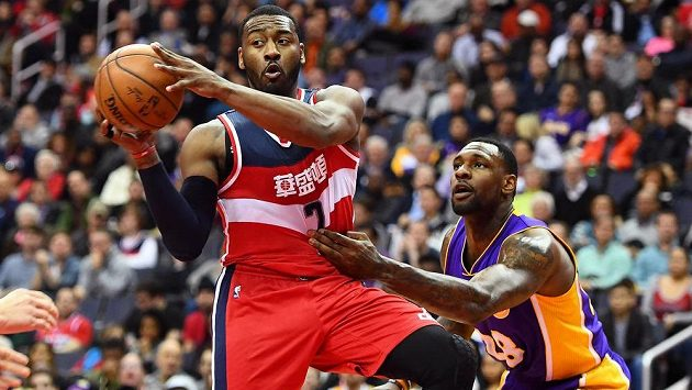 John Wall (vlevo) z Washingtonu v akci, brání ho Tarik Black z Los Angeles Lakers.