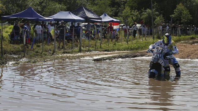 Český motocyklista Milan Engel na trati Dakaru.
