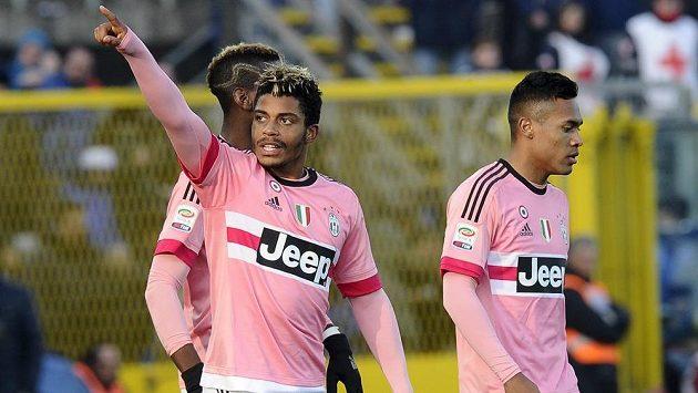 Fotbalisté Juventusu Mario Lemina (uprostřed), Paul Lamine Pogba (vlevo) a Alex Sandro oslavují gól proti Bergamu.