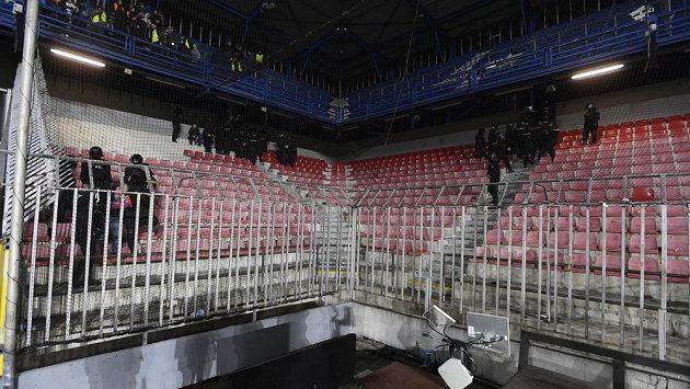 Zápas na Spartě s Plzní byl v 82. minutě přerušen a policie vyklidila sektor hostujících fanoušků, odkud se ozývala pyrotechnika.