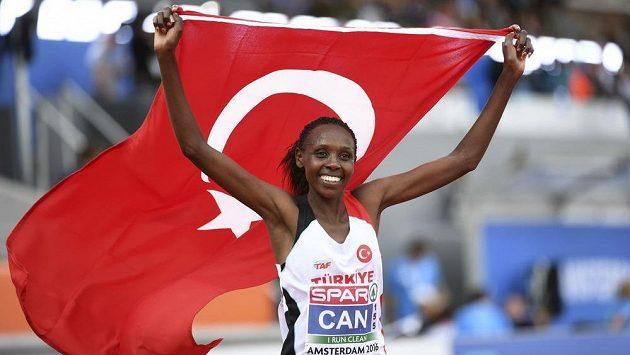 Yasemin Canová už letos slaví s tureckou vlajkou.