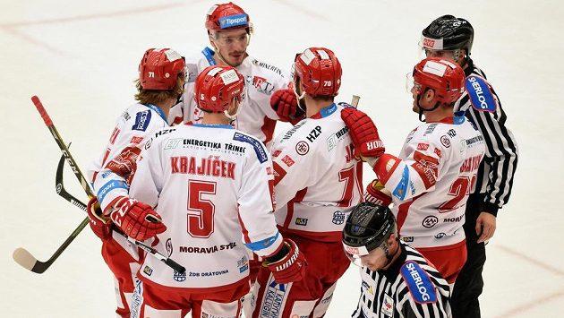 Třinečtí hokejisté se radují z první branky proti Olomouci, uprostřed střelec Bohumil Jank (70).