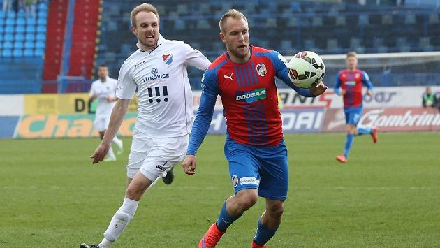 Plzeňský fotbalista Daniel Kolář před Vojtěchem Štěpánem z Baníku v utkání 22. kola Synot ligy.
