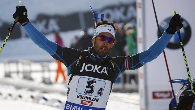 Francouzský biatlonista Martin Fourcade porazil ve finiši závodu smíšených štafet Rusa Šipulina, z čehož měl velkou radost.
