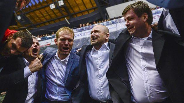 Zprava asistent Otakar Janecký, trenér Miloš Holaň a předseda představenstva Dušan Salfický slaví záchranu v extralize.
