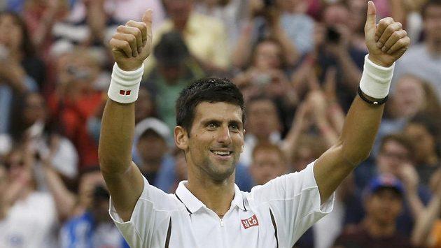 Novak Djokovič se raduje po postupu do 3. kola wimbledonské dvouhry.