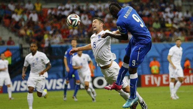 Italský forvard Mario Balotelli (vpravo) hlavičkuje míč do branky Anglie, Gary Cahill jej ubránit nedokázal.