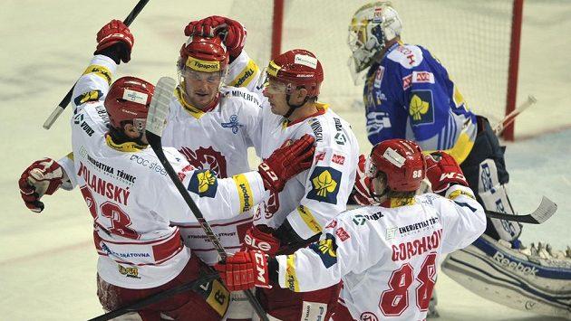 Třinečtí hokejisté (zleva Jiří Polanský, Martin Adamský, Lukáš Zíb s Alexandr Gorškov) se radují z prvního gólu v utkání proti Zlínu. V pozadí brankář hostů Tomáš Štůrala.