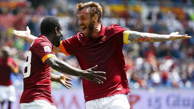 Seydou Doumbia (vlevo) oslavuje svůj gól proti FC Janov se spoluhráčem z AS Řím Danielem De Rossim.