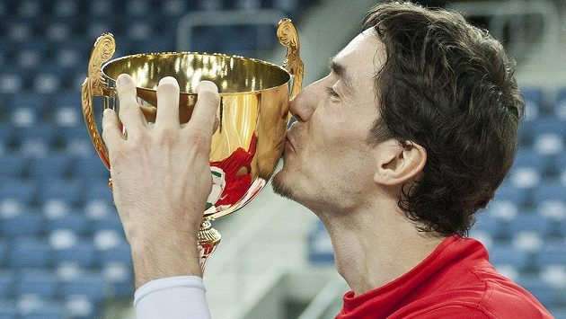 Jiří Welsch z Nymburka se raduje s pohárem pro vítěze.