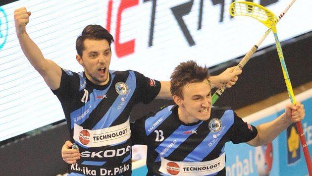 Florbalisté Mladé Boleslavi (zleva) Martin Rožnovják a Tomáš Kadlec se radují ze vstřelené branky - ilustrační foto.