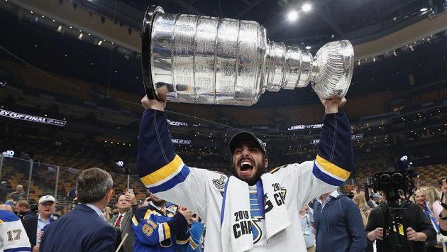 Útočník St. Louis Robby Fabbri se na ledě raduje se Stanleyovým pohárem.