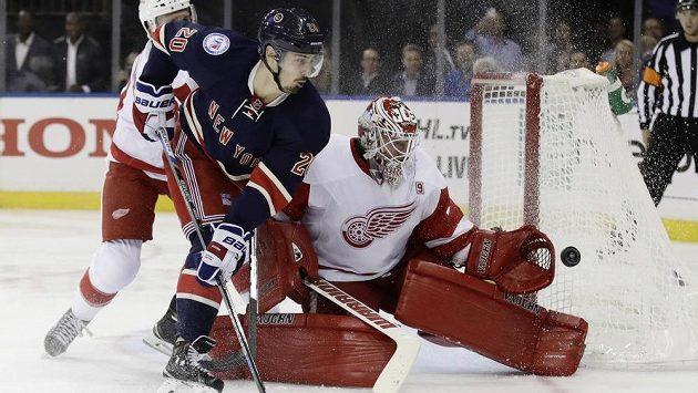 Brankář Detroitu Jimmy Howard kryje v utkání proti týmu New York Rangers šanci Chrise Kreidera.