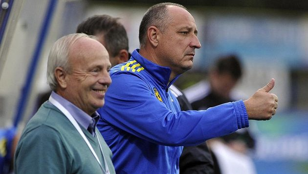 Jihlavský trenér Milan Bokša (vlevo) a asistent Roman Kučera se radují z gólu.