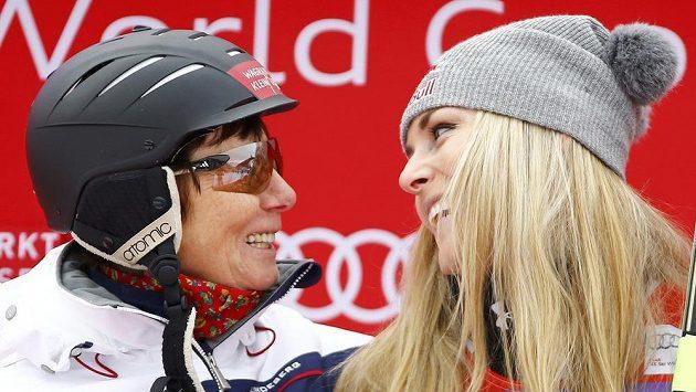 Lindsey Vonnová (vpravo) v družném rozhovoru s Annemarie Moserovou-Pröllovou, jejíž rekord v počtu vítězství ve sjezdech SP právě vyrovnala.