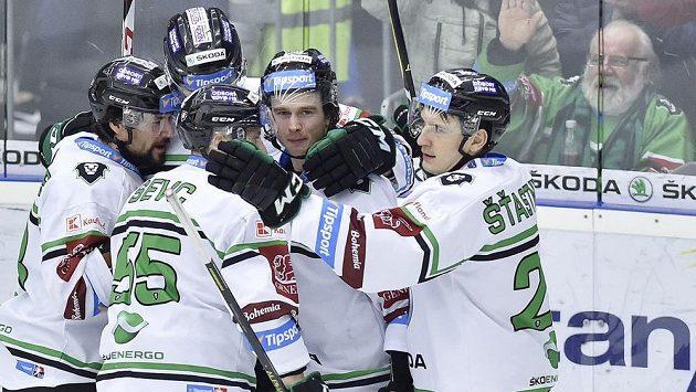 Hráči Mladé Boleslavi se radují ze svého prvního gólu proti Vítkovicím.