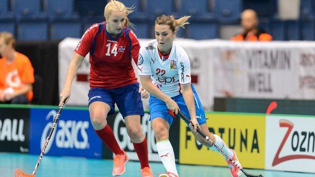 Romana Žurková (vpravo) při zápase s Norskem.