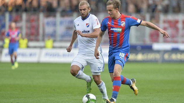 Jan Kopic z Plzně (vpravo) uniká s míčem Marku Hlinkovi z Ostravy v utkání 5. kola HET ligy.