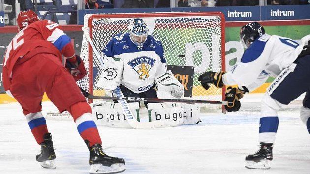 Michail Grigorenko (vlevo) z Ruska překonává finského brnakáře Juhu Metsolu.