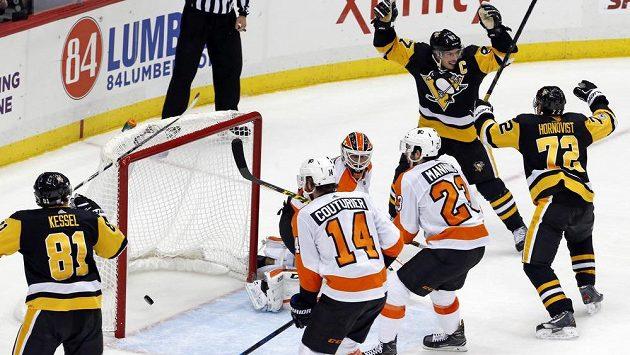 Kapitán Pittsburghu Sidney Crosby se raduje poté, co v prodloužení vstřelil vítězný gól v duelu proti Philadelphii.