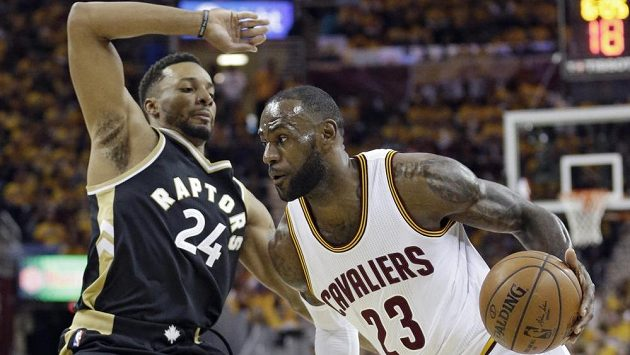 LeBron James (23) z Clevelandu a Norman Powell (24) z Toronta.