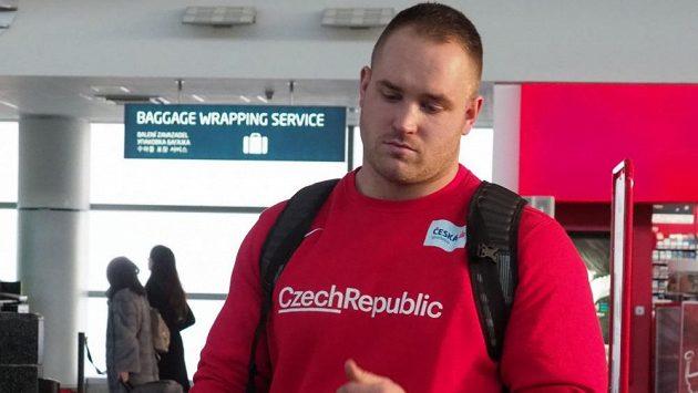 Koulař Tomáš Staněk při odletu na halové mistrovství světa v Birminghamu.