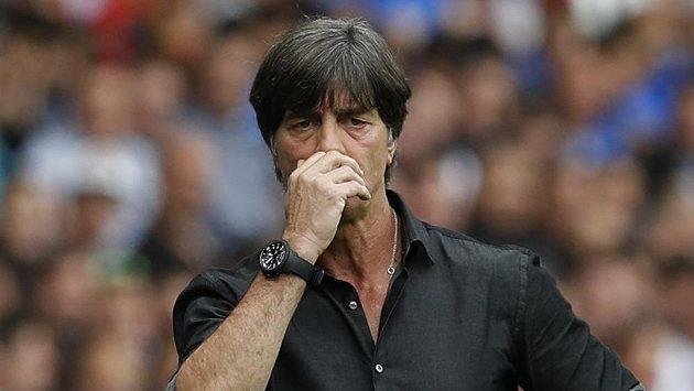 Voní?! Kouč Německa Joachim Löw si přivoněl ke svému podpaží.