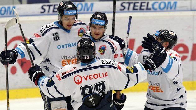 Vítkovičtí hokejisté se radují z gólu - ilustrační foto.