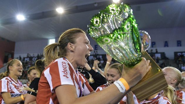 Kapitánka týmu Pixbo Wallenstam Eliška Krupnová s pohárem pro vítězky Czech Open.