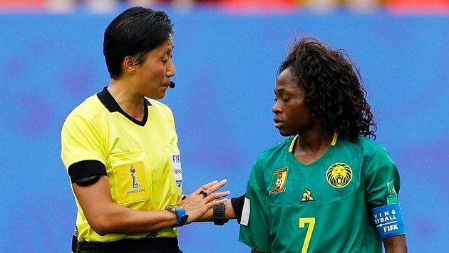 Kamerunská fotbalistka Gabrielle Aboudiová diskutuje s rozhodčí Liang Čchinovou během osmifinálového utkání mistrovství světa ve Francii.