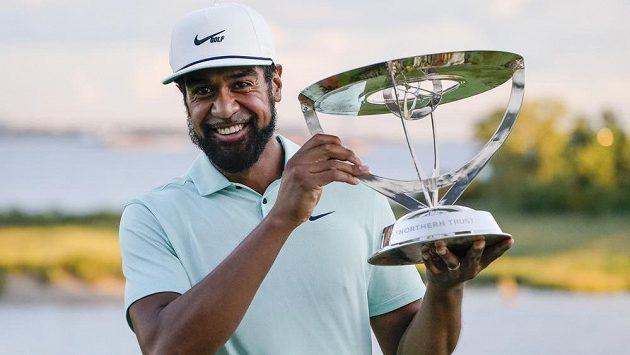 Americký golfista Tony Finau s trofejí pro vítěze turnaje PGA Tour The Northern Trust v Jersey.