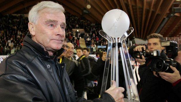 Legendární kanadský kouč Dave King s trofejí pro vítěze Spengler Cupu, k němuž dovedl tým Magnitogorsku v roce 2005.