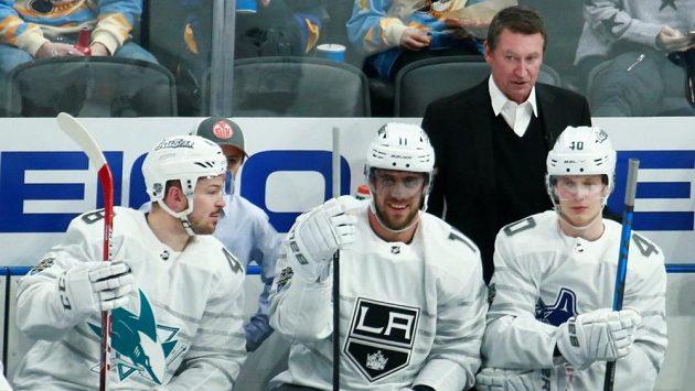 V Utkání hvězd se na střídačce Pacifické divize ukázal i nejlepší hokejista historie, Wayne Gretzky (vzadu). Na snímku je i Tomáš Hertl. (vlevo)