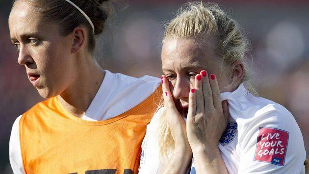 Nešťastná Angličanka Laura Bassettová (vpravo) si dala v semifinále MS s Japonskem vlastní gól, na snímku s Josanne Potterovou.