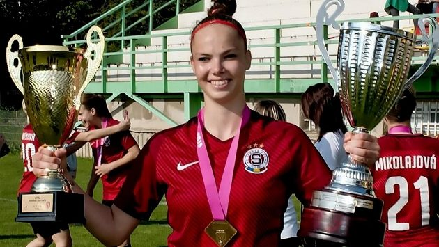 Fotbalistka Sparty Andrea Stašková s poháry pro vítěze české ligy a domácího poháru.