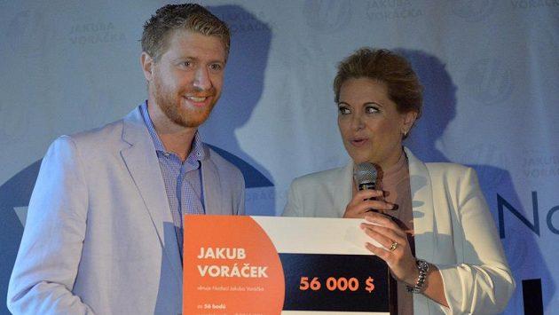 Jakub Voráček přidal na konto nadace, která podporuje pacienty s diagnózou roztroušené sklerózy, tisíc dolarů za každý bod v NHL, který si za sezónu připsal. Vpravo je Voráčkova sestra Petra Klausová.